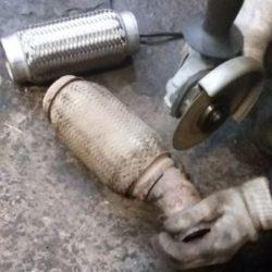 Как выполняется замена гофры глушителя Форд Фокус 2 и установка резонатора