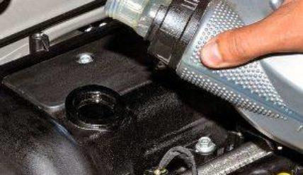 Прополоскаем внутренности или какое промывочное масло лучше для бензинового двигателя и почему