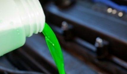 Отвечаем, можно ли мешать антифриз разных цветов и добавлять в ОЖ воду