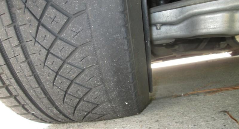 Съедает внутреннюю сторону передних колес