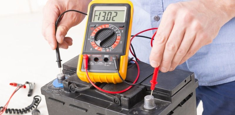 Сколько вольт должно быть в автомобильном аккумуляторе