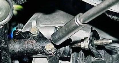 Как заменить рабочий цилиндр сцепления на Lada 2107 без помощи специалистов?