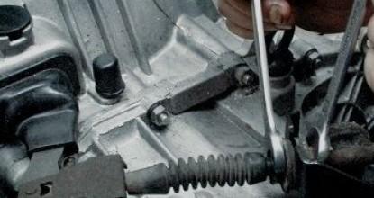Устройство и регулировка привода сцепления Lada Samara